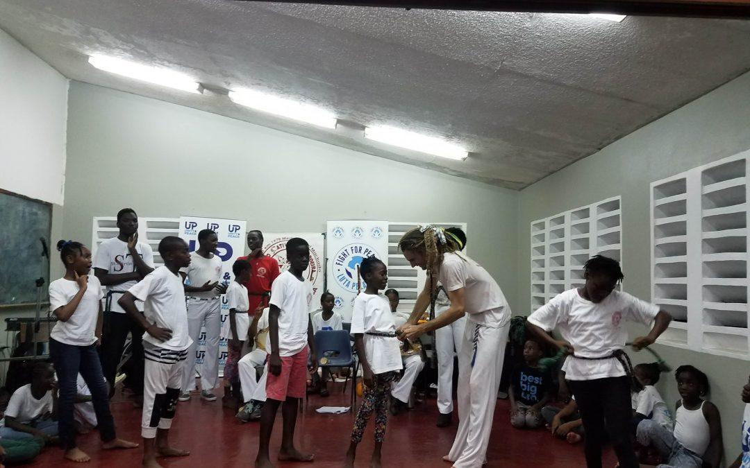 40 Kinder erhalten Ihren Capoeiragürtel in Trenchtown, Kingston